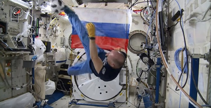俄罗斯宇航员欢庆世界杯 在国际空间站上踢足球