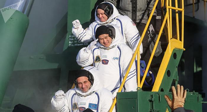 """载有三名国际空间站宇航员的联盟""""MS-07""""飞船返回舱在哈萨克斯坦草原降落"""