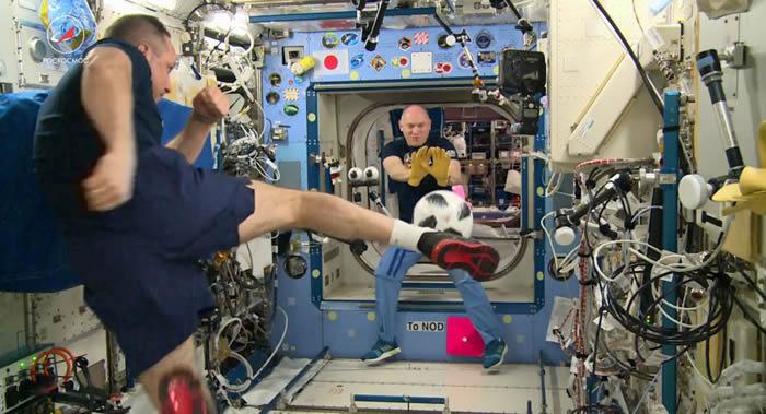 俄罗斯宇航员把2018年世界杯比赛用球Telstar18从国际空间站带回地球
