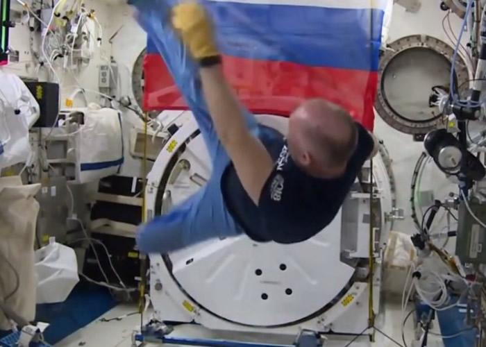 宇航员在无重状态下表演倒挂金鈎。