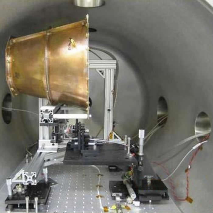 位在测试室内的美国航太总署电磁推进器。 PHOTOGRAPH BY NASA, ALAMY