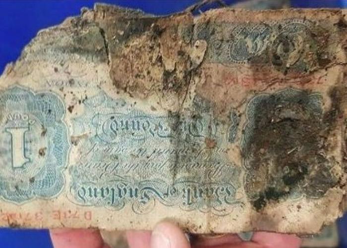 英国布赖顿建筑工人施工时意外掘出天价二战时期纸币