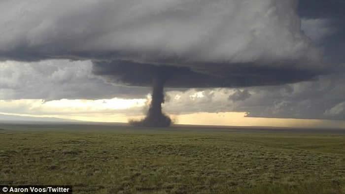 美国怀俄明州受龙卷风吹袭 追风者冒险外出追风