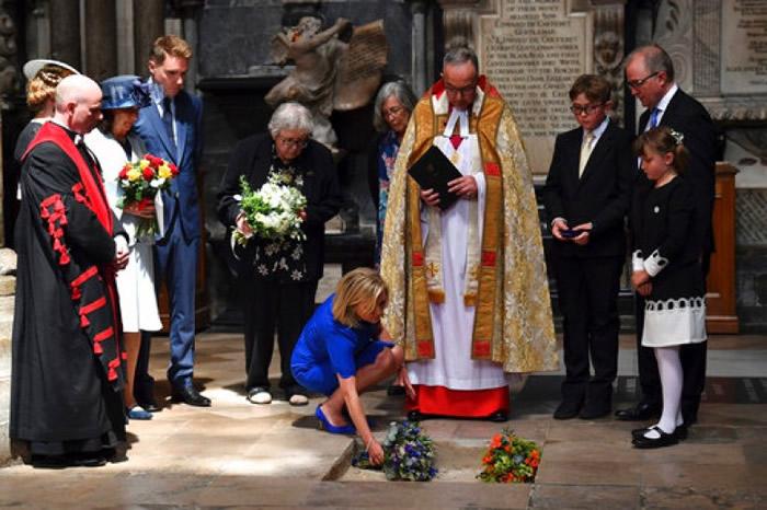 西敏寺主任牧师主持仪式(右四),女儿露西(蓝衣者)献花,简?怀尔德(蓝帽者)在旁观看。