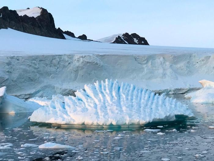南极冰川近年加剧融化。