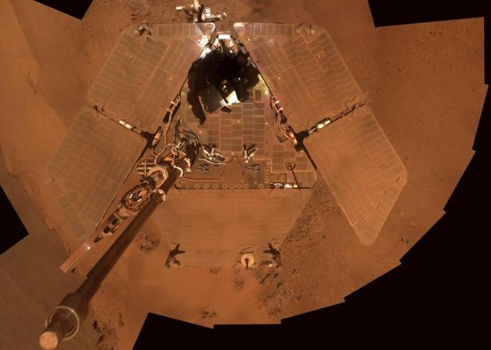 机遇号的太阳能板铺满沙尘。