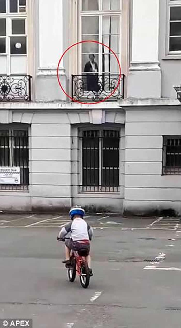 英国妇人与儿子到古建筑前骑单车拍照 惊见维多利亚时代女鬼