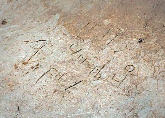 该些涂鸦以拉丁文及希腊文刻成写。