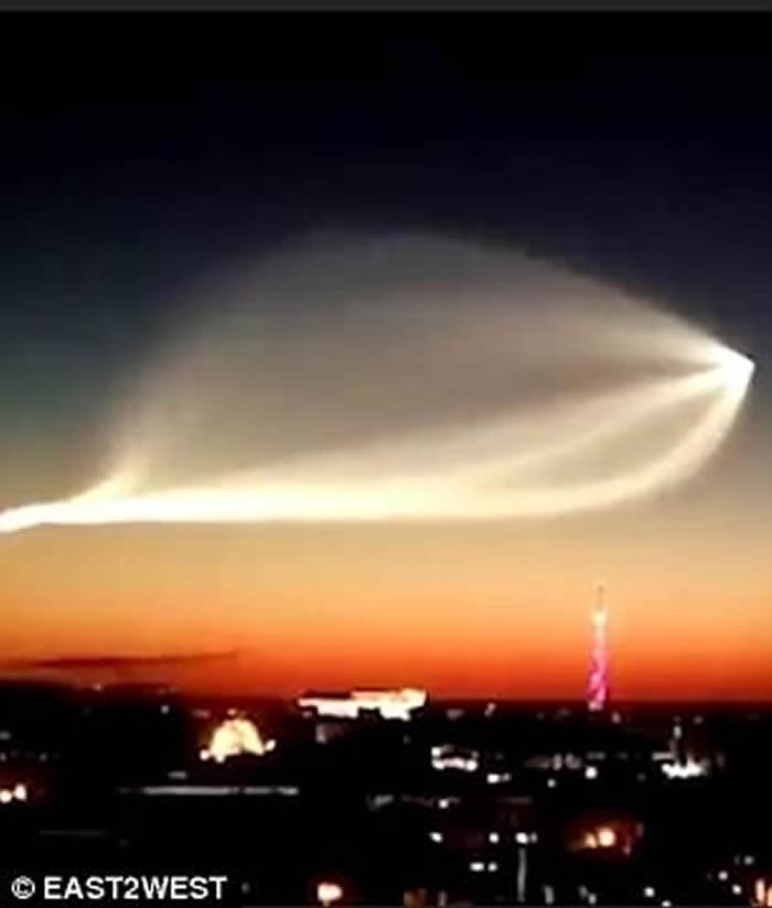 俄罗斯西部夜空现巨大白色光影 难道是UFO来袭?