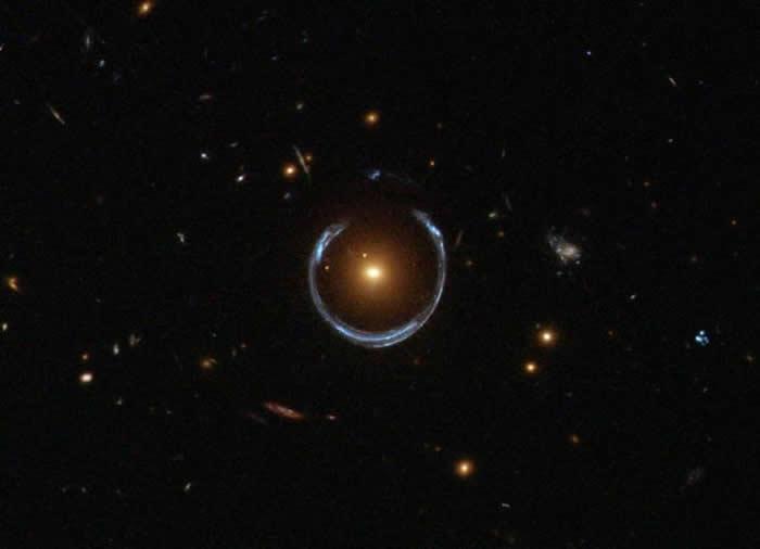 哈勃太空望远镜广角相机3拍摄的LRG 3-757星系的引力透镜。