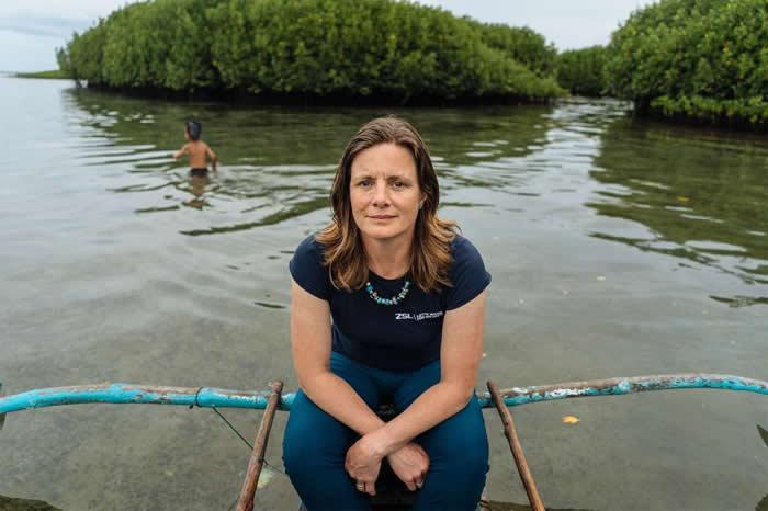 海瑟.寇德威是国家地理的会员兼探险家,她与伦敦动物协会合作协助各社区收集海洋塑胶。 PHOTOGRAPH BY HANNAH REYES MORALES, NA