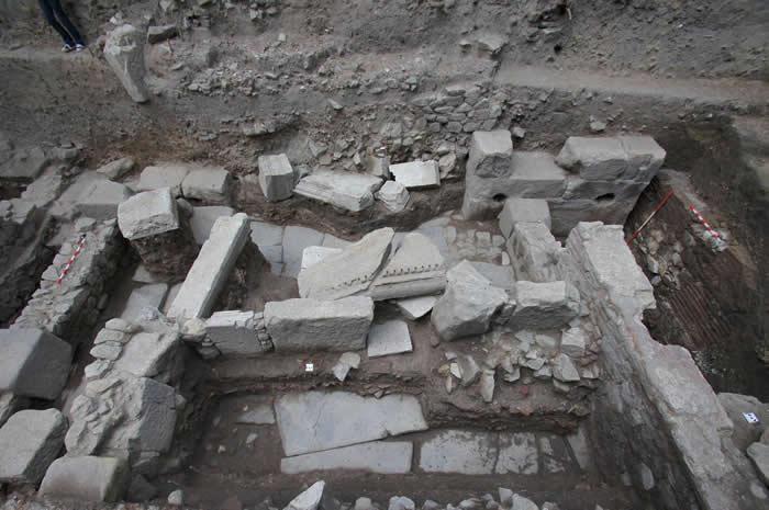 这三具骨骸出土于罗马时代的市街废墟中。照片右方躺着一座1世纪建造的拱门遗存。 PHOTOGRAPH COURTESY ELENA BOZHINOVA, PLOV