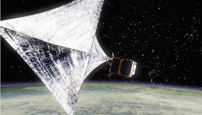"""国际空间站宇航员向太空发射第一颗""""太空清洁工""""微型卫星"""