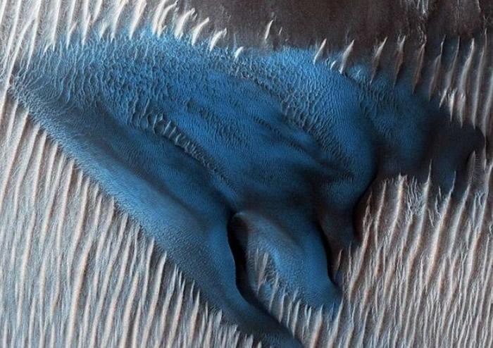 火星部分沙丘呈绿松色,令人目瞪口呆。