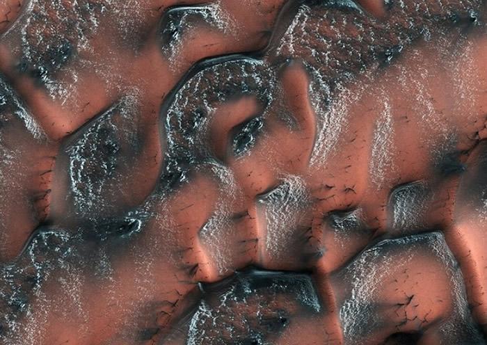 除绿松色外,美国太空总署亦拍得深绿色的火星沙丘。