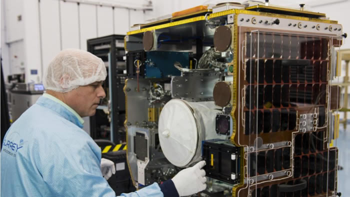 """国际空间站发射装备有""""捕网""""和""""鱼叉""""的实验卫星RemoveDEBRIS 用其测试清理太空垃圾"""