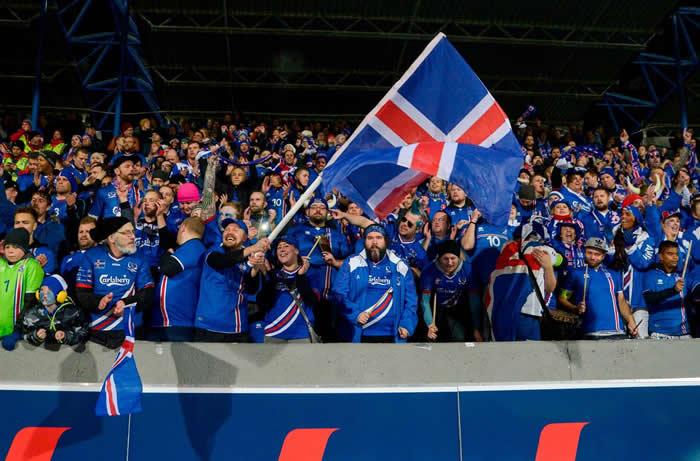 冰岛国家队在家乡雷克雅维克以2-0打败科索沃之后,成为2018年世界杯足球赛里最小的参赛国。 PHOTOGRAPH BY HARALDUR GUDJONSSON
