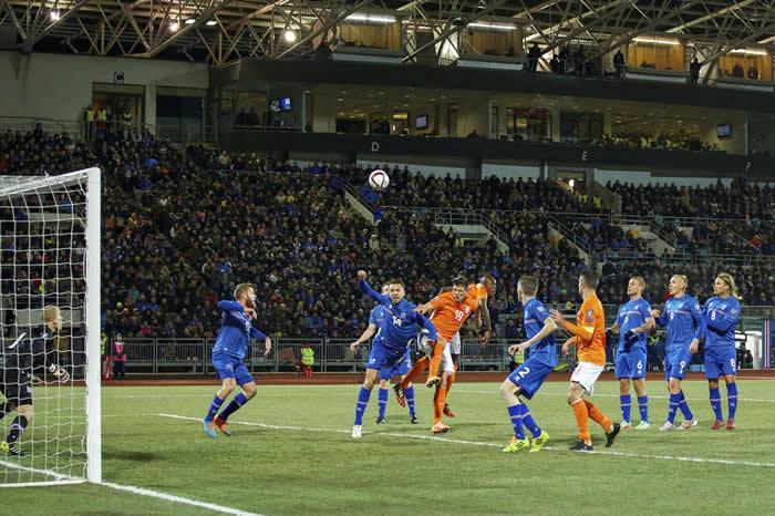冰岛在2016年欧洲国家杯资格赛与荷兰一较高下,地点为雷克雅维克的劳加德体育场。许多波兰人爱上冰岛队是因为这支队伍展露出决心、毅力与勇气。 PHOTOGRAPH