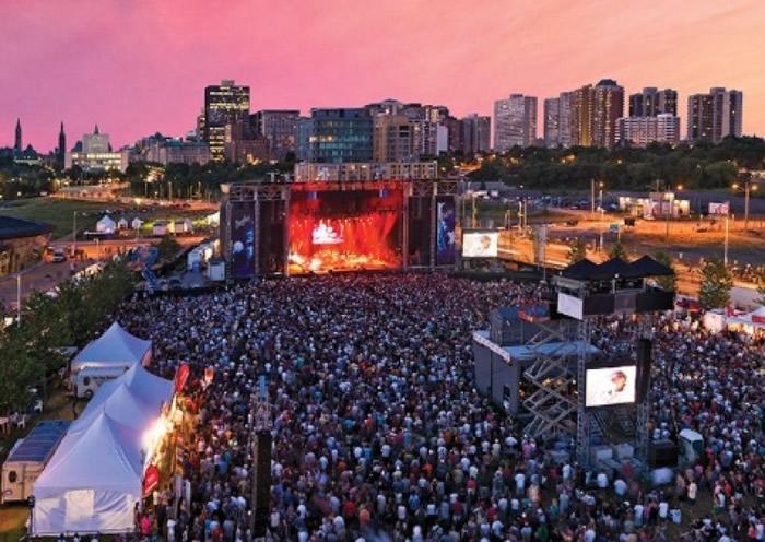 """加拿大稀有鸟类""""双领鸻""""筑巢 盛大音乐节""""Bluesfest""""舞台搭建一度停工"""