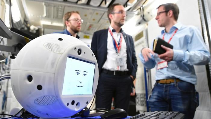 球形的人工智能机器人已被运上太空,为首次人类在太空与机器人互动。