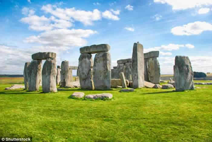 """推翻海运说法 最新研究称发现运送至巨石阵所在地的""""石头高速公路"""""""