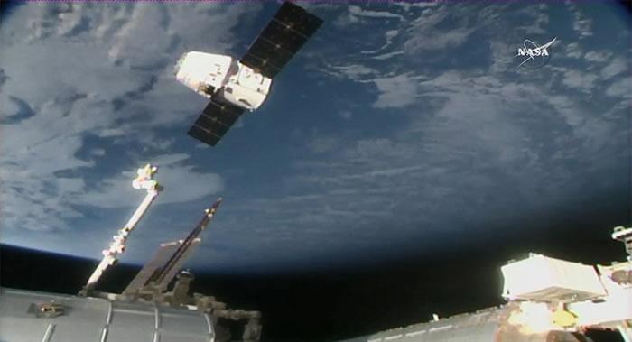 """""""龙""""号货运飞船成功与国际空间站对接"""
