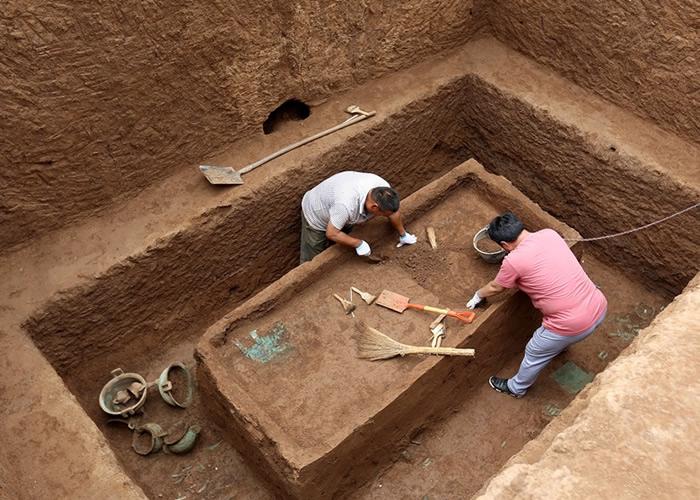 目前已进行清理和挖掘的21座长方形竖穴土坑墓葬中,20座发现有椁有棺。