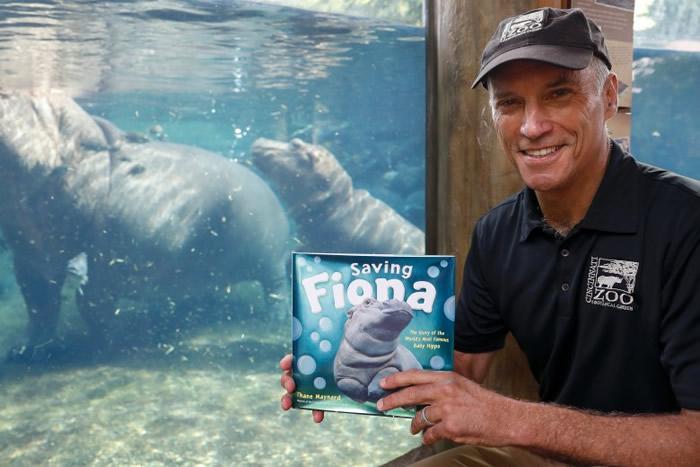 梅纳德为菲奥娜推出新书。