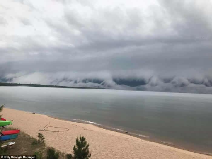 美国密歇根州滩云出现仿如世界末日