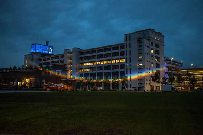 投射在荷兰恩荷芬「钟楼」(Klokgebouw)外墙上的彩虹,这是2016年的「天气不天气」(Weather or Not)特展的一部分。 PHOTOGRAPH