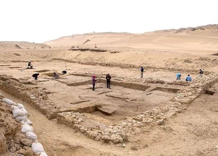 考古人员找到古房屋遗址。