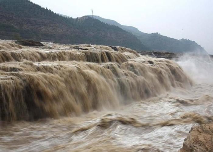 壶口瀑布的主副瀑布连成一线。