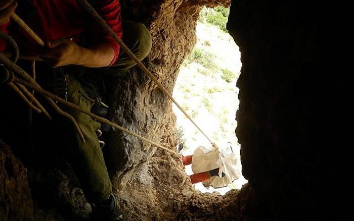 考古学家在以色列洞穴里发现2000年前用于盛放葡萄酒的双柄瓶、陶器