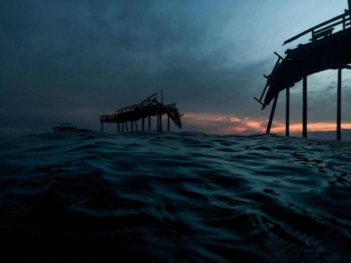 海特拉斯角的渔人码头在1962年启用时,全长500呎宽20呎。它在经过多年风暴的破坏后已无法修复,2010年厄尔飓风袭击北卡后便对外关闭。 PHOTOGRAPH