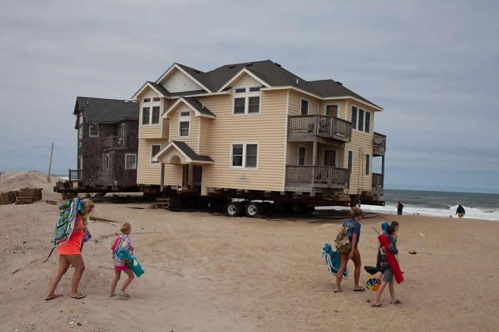 由于受到风暴、侵蚀和海平面上升等各种威胁,照片中这栋位于北卡罗来纳州罗丹特的住宅就被装上拖车,搬到远离海岸的地方。 PHOTOGRAPH BY JOHN TUL