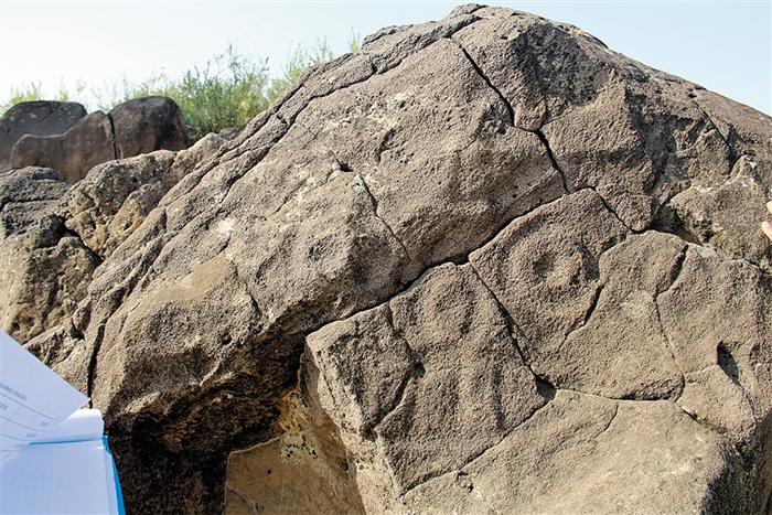 翁牛特旗东部沙漠中巨幅无轮廓人面像岩画