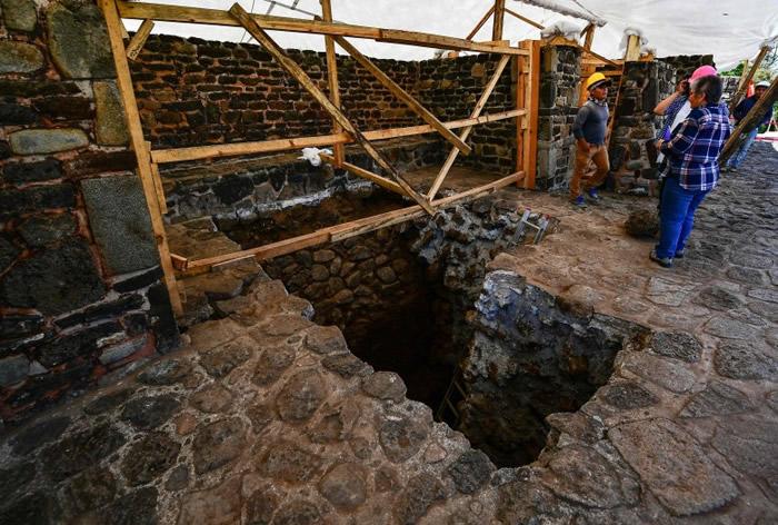 工程人员检查金字塔结构。