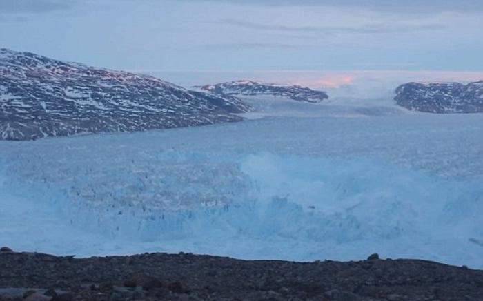 冰山分裂后慢慢漂流。