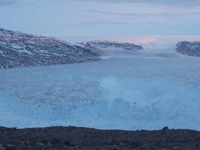 美国科学家亲眼目击格陵兰冰山分裂