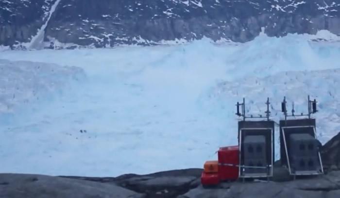 冰山撞到另一冰山后断开。