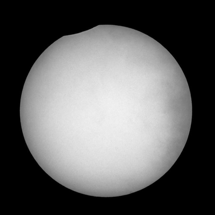 7月13日日偏食和超大月亮的照片被发布