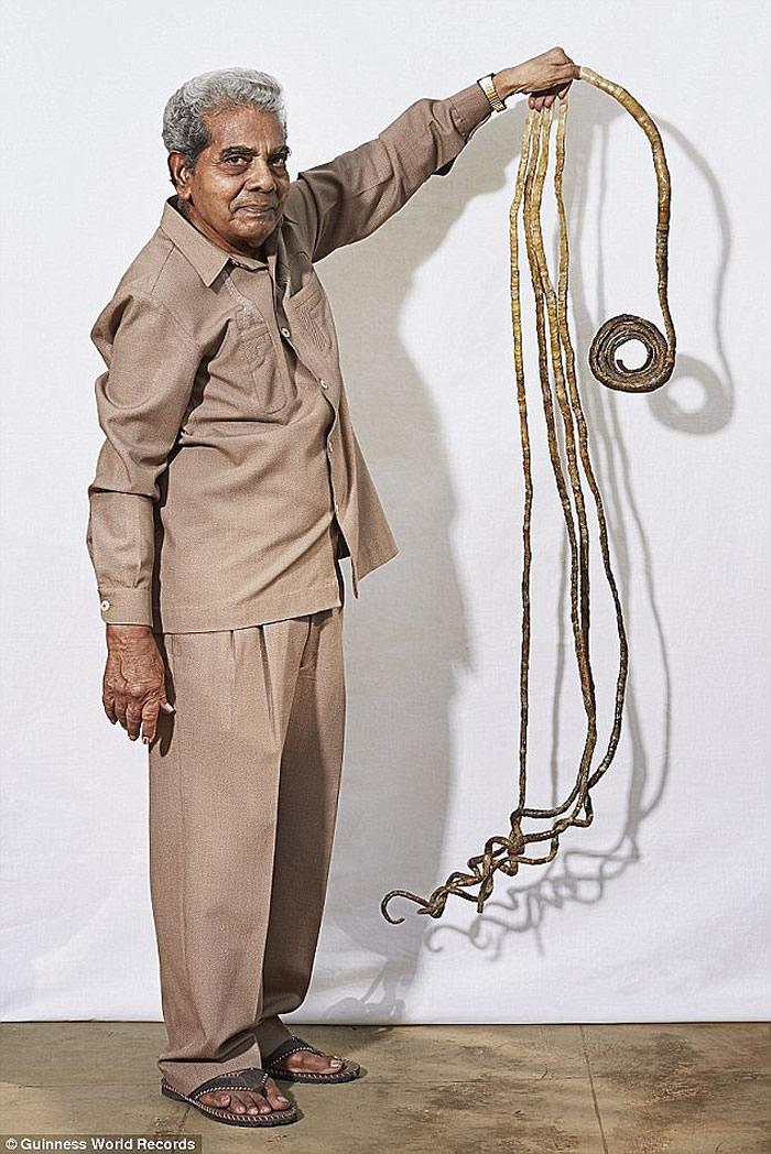 """荣获吉尼斯世界纪录大全""""单手手指甲最长纪录""""的印度男子终于把他的指甲剪掉"""