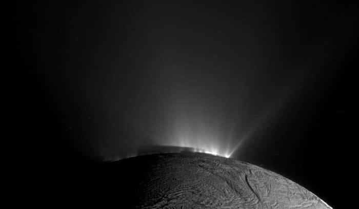在这张美国航太总署(NASA)卡西尼号太空船所拍摄的影像中,可以看到土卫二上的间歇泉正往外喷发出冰冻物质。 PHOTOGRAPH BY NASA, JPL-CA