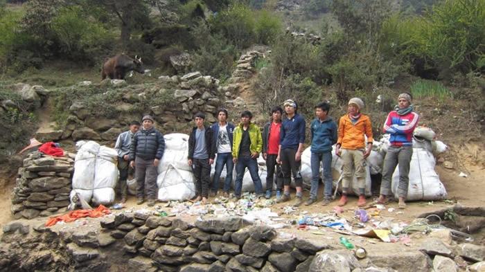 民间组织自发组成登山队清理珠峰的垃圾。