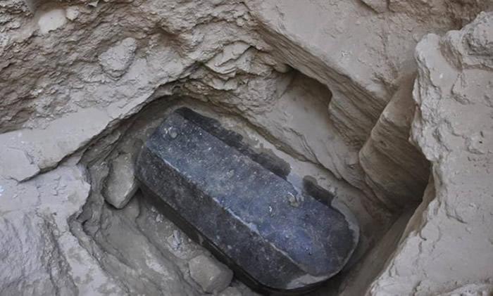 埃及科学家在亚历山大港神秘黑色石棺中发现三具受到破坏的木乃伊