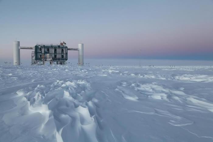 冰立方(IceCube)天文台是全世界首屈一指的微中子侦测站,座落在南极洲阿曼森史考特南极站(Amundsen-Scott South Pole Station