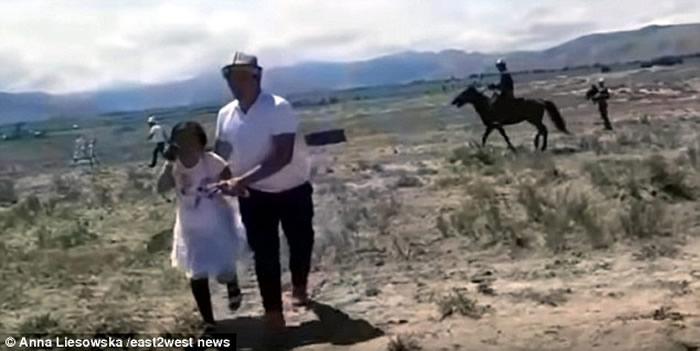 吉尔吉斯女童大草原看表演 险被金雕当作猎物叼走
