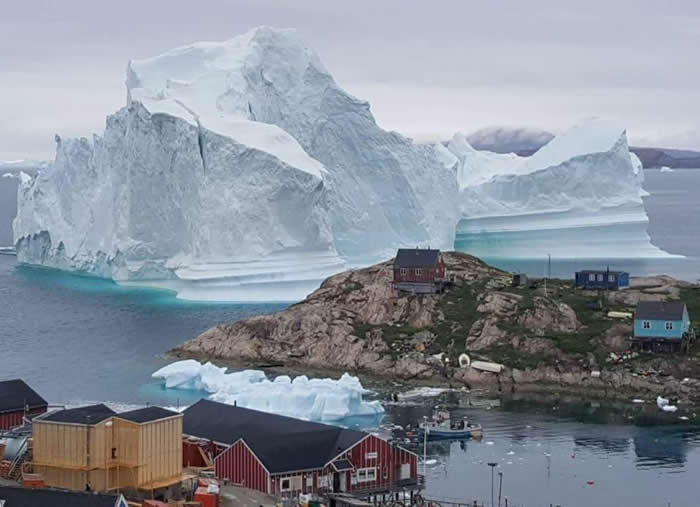 重约11吨巨型冰山逼近格陵兰岛伊纳苏特村