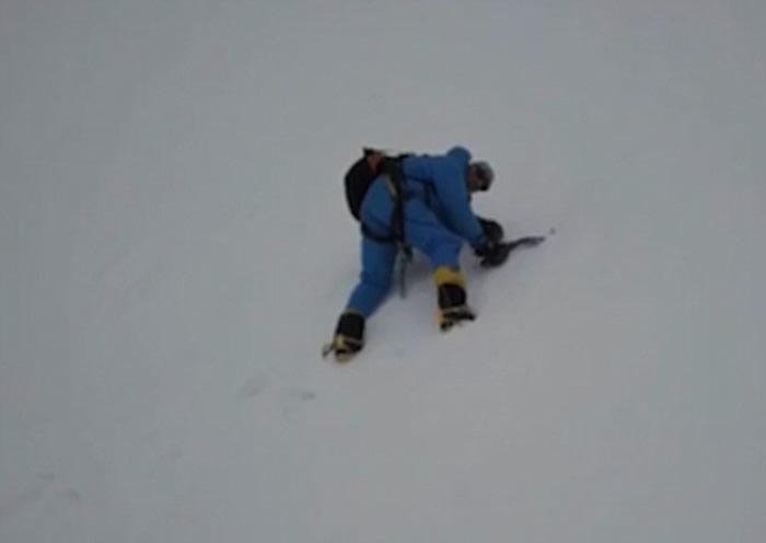 英国资深攀山家在喜马拉雅山山脉失足堕崖 被航拍无人机发现获救