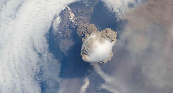 北千岛群岛的埃别科火山喷发出高达3500米火山灰柱